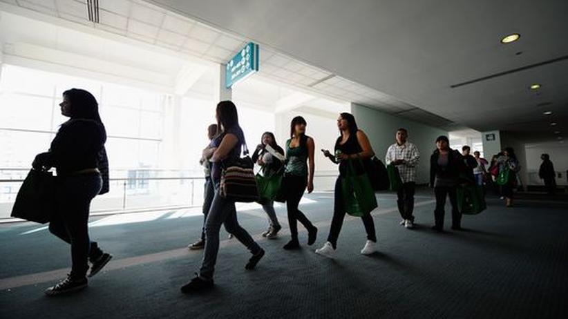 """Studienreform: Kalifornische Studenten auf dem Weg zur """"Cash for College"""" in Los Angeles, einer Karriere-Messe für Studenten."""