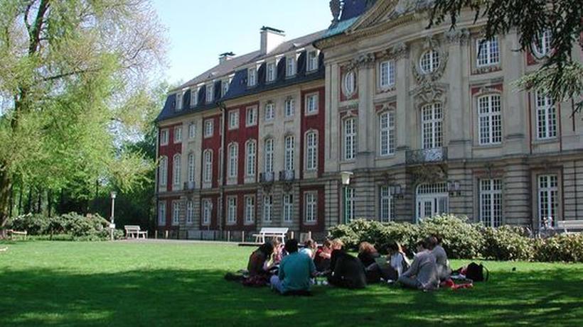 studenten im schlossgarten der universitt mnster - Uni Mnster Master Bewerbung