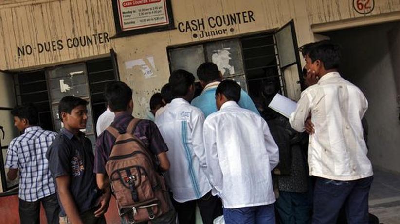 Regierungsplan: Studierende bezahlen Studiengebühren am Balbhim College in Beed rund 350 Kilometer östlich von Mumbai.