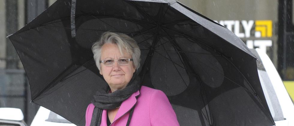 Die Bundesbildungsministerin im Regen