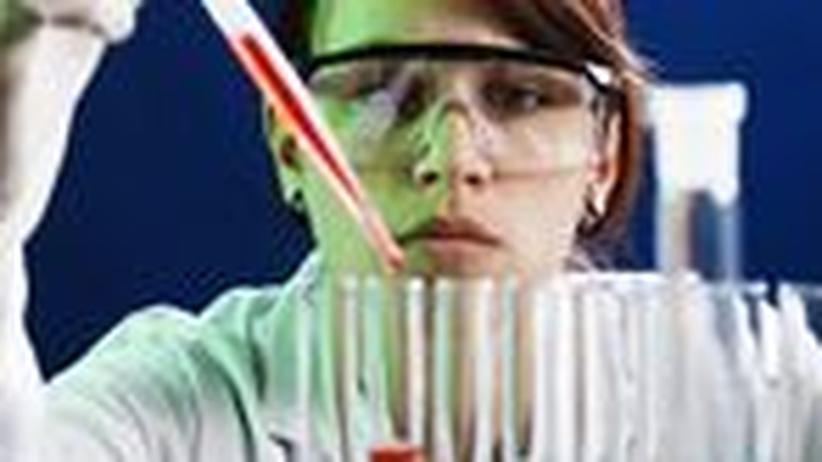 Junge Forscherin im Labor
