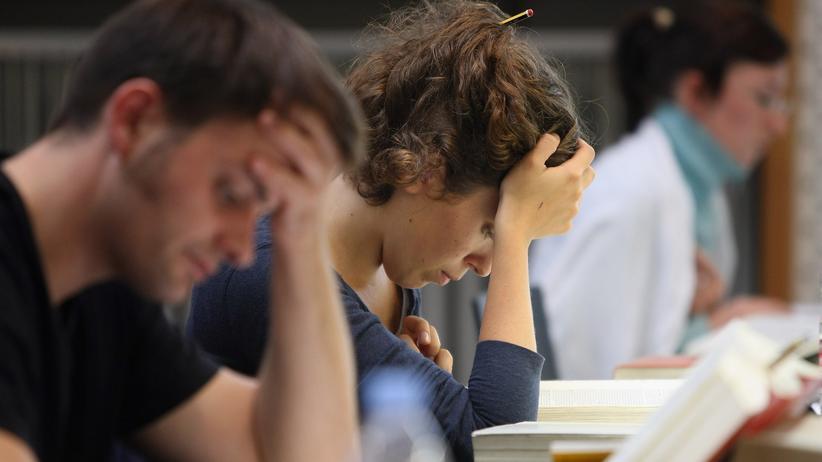 Studienabschlüsse: Studierende in der Bibliothek der Humboldt-Universität Berlin