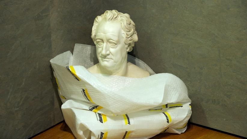 Verpackte Goethe-Büste in einem Leipziger Museum