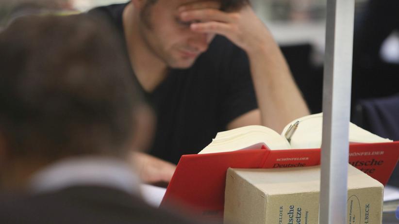 Niedersachsen: Fertige Jura-Studenten müssen um ihr Examen bangen