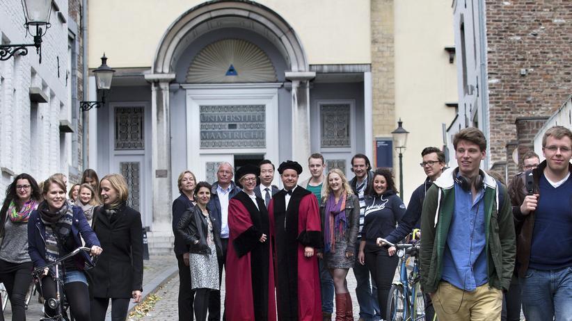 Studenten vor der Uni Maastricht