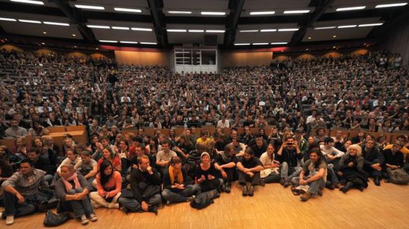 Uni Paderborn: Rund tausend Studenten kamen zu einer Pressekonferenz der Uni und machten ihrem Ärger Luft