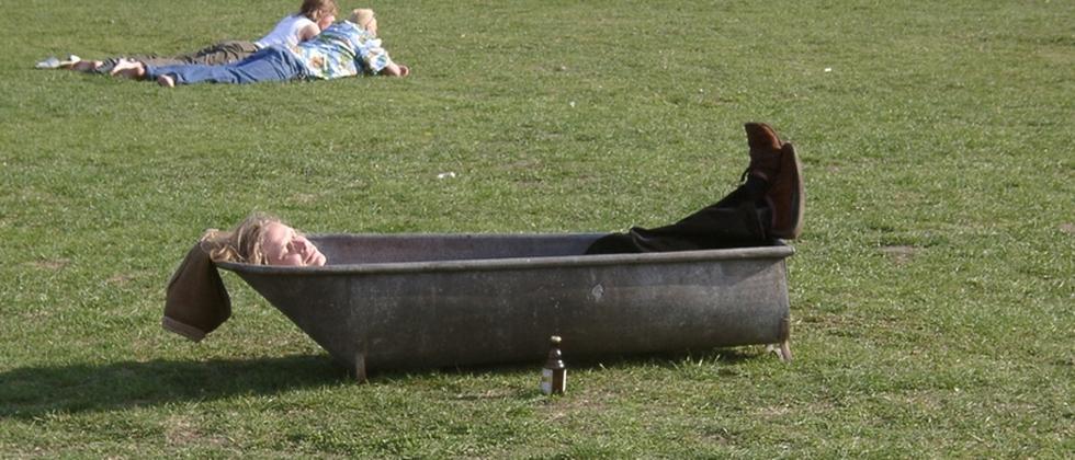 Eine Badewanne auf einer Wiese