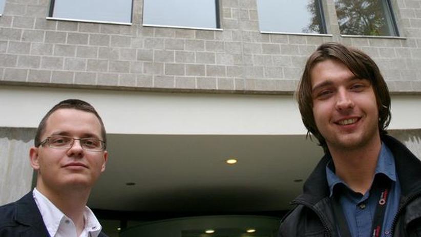 Die Medizinstudenten Svetolik Spasic und Mirza Pojskic vor dem Konferenzgebäude in Berlin