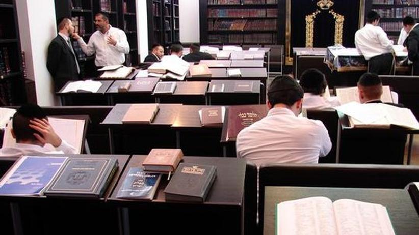Im Lesesaal des Rabbinerseminars herrscht Chaos