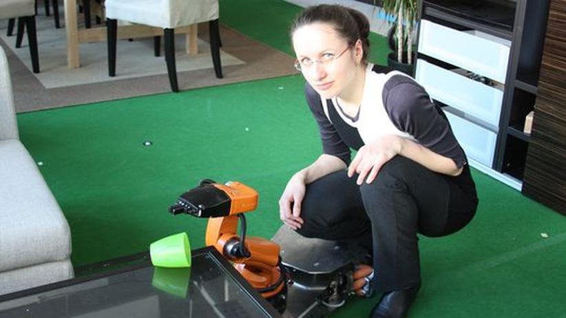 Doktorandin Anastassia Küstenmacher mit Roboter