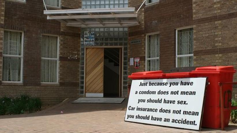 Studium in Botswana: Ein Schild mit einer Warnung vor der Immunschwächekrankheit Aids an der Universität Botswana in Gaborone