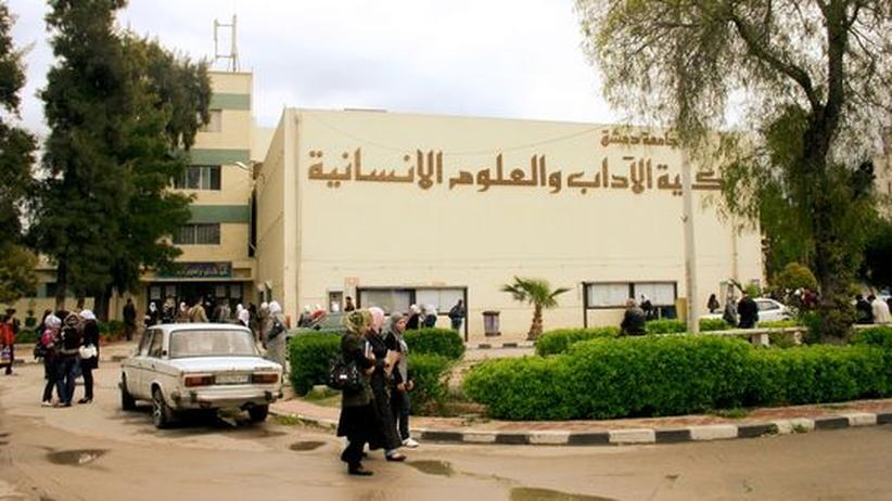 Studentinnen und Studenten vor dem Institut für Literaturwissenschaft an der Uni Damaskus