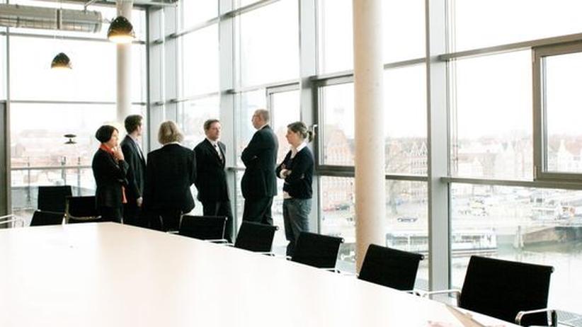 Geschäftsleute unterhalten sich in einem Konferenzraum.
