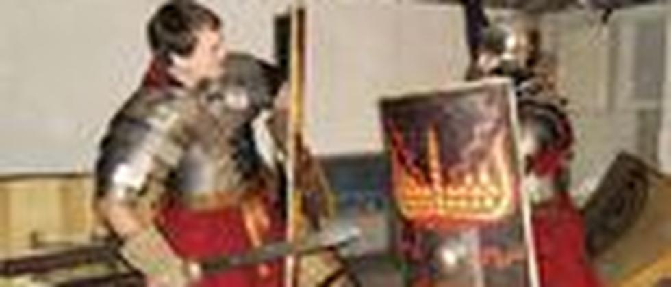"""Zwei Mitglieder der Gruppe """"Legio XV Apollinaris"""" beim Schwertkampf"""