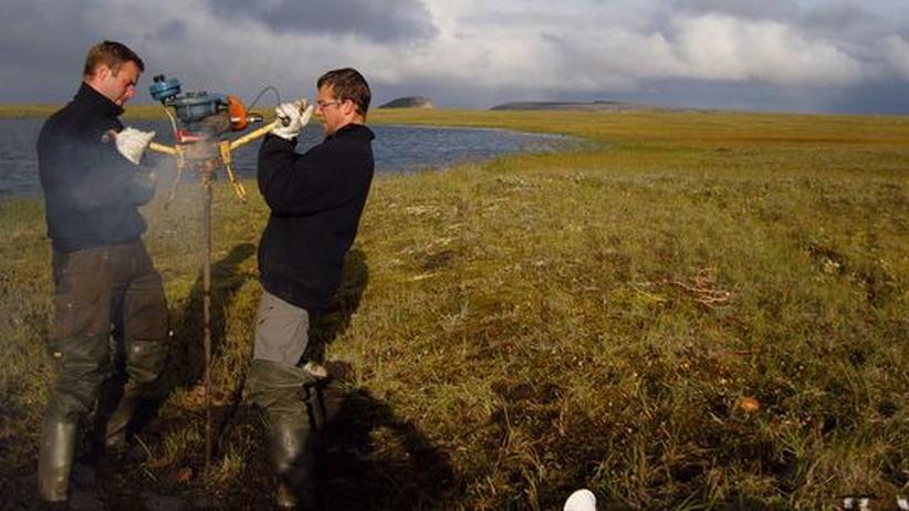 Junger Forscher: Zwei Forscher des Alfred-Wegener-Instituts bei Bohrungen in Sibirien