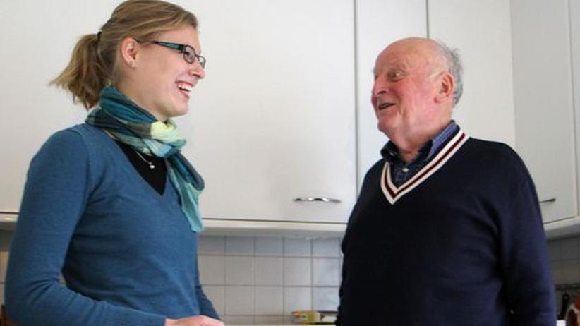 Wohnen für Hilfe: Anna Weigelt und Heinz-Hermann Bald wohnen in einer WG