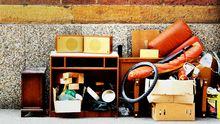 Umzugskisten und Möbel auf einem Gehsteig