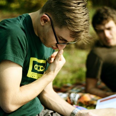 Ein junger Mann liest aufmerksam einen Text