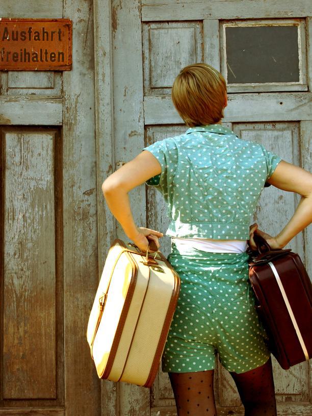 frau-umzug-koffer