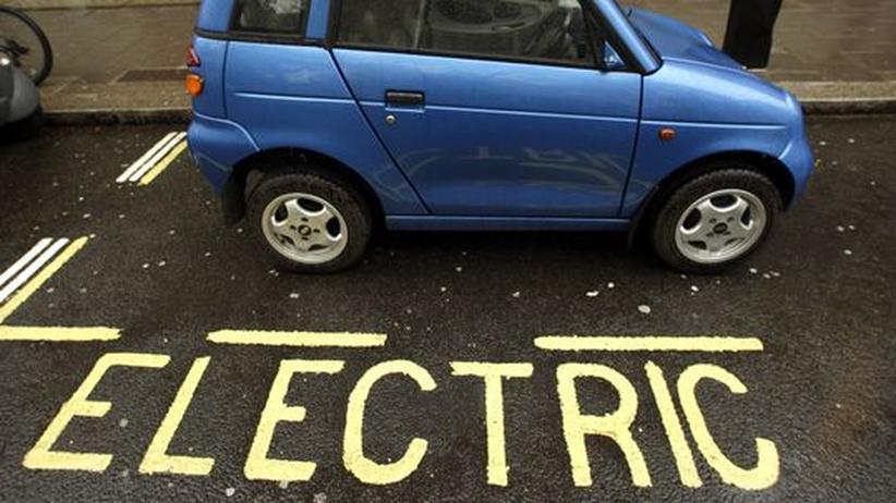 Automobilausstellung: So könnten zukünftig Parkbuchten aussehen: In London parkt ein Elektroauto an einer Stromtankstelle