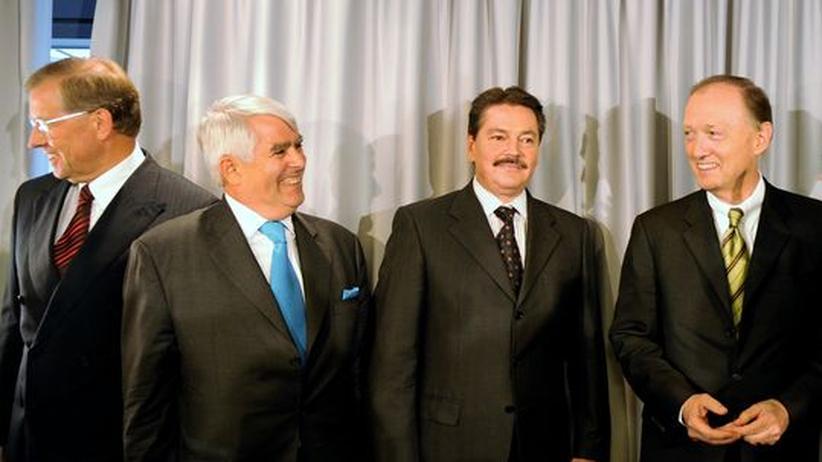 Opel-Verhandlungen: Die Mitglieder der Opel-Treuhand (von links nach rechts): Ex-Conti-Chef Manfred Wennemer, der FDP-Politiker Dirk Pfeil, sowie die GM-Manager Enrico Digirolamo und John Smith.