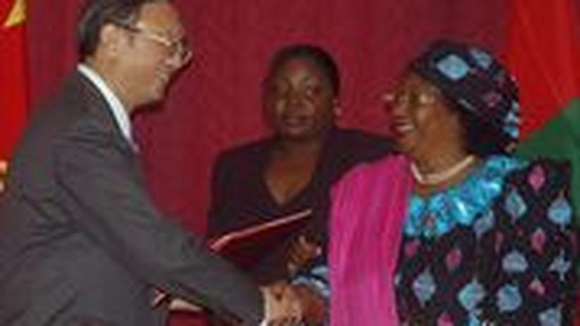 Der Chinesische Außenminister Yang Jiechi (links) mit seiner malawischen Amtskollegin Joyce Banda