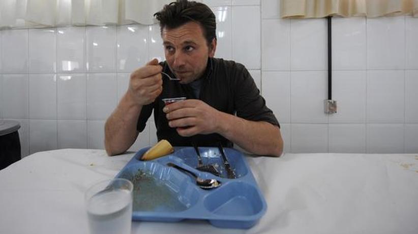 Jose Maria Garcia, ein 34jähriger arbeitsloser Spanier, isst in einer Suppenküche in der Nähe von Madrid zu Mittag
