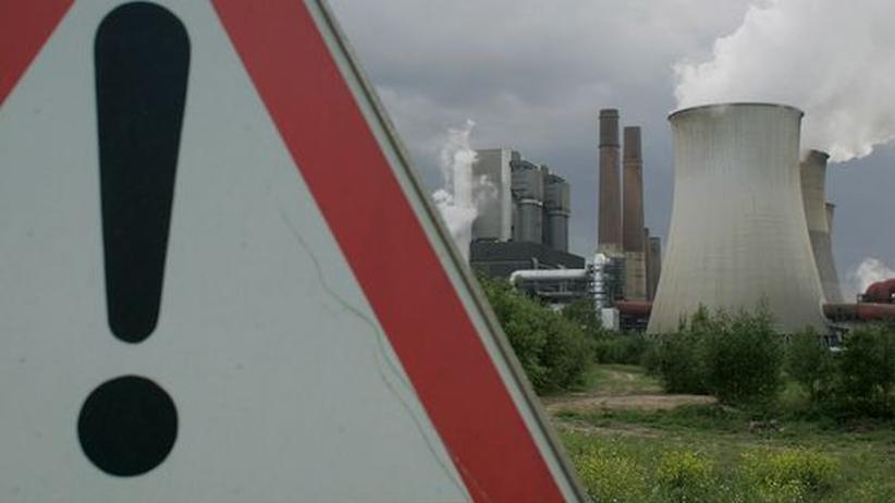 Energiepolitik: Die Laufzeitverlängerung für Atommeiler will Schwarz-Gelb nutzen, um Gegenleistungen einzufordern, die für mehr Wettbewerb auf dem Strommarkt sorgen. Das Bild zeigt das RWE-Kohlekraftwerk Weisweiler.