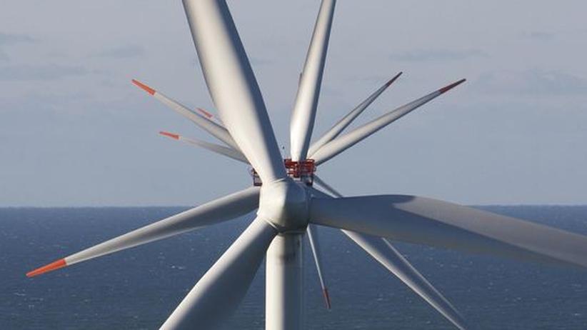 Offshore-Windenergie: Die ersten Offshore-Windanlagen drehen sich seit Sommer in der Nordsee vor Borkum (im Bild eine Anlage vor Dänemark). Hafenstädte wie Emden, Cuxhaven und Bremerhaven hoffen auf die Ansiedlungen von Herstellern und Wartungsfirmen