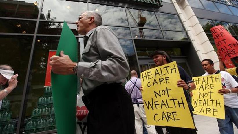 Streit um Gesundheitsreform: Befürworter von Obamas Gesundheitsreform protestieren Ende August vor einer Filiale der Bio-Kette Whole Foods in New York. Nun drehen die Gegner der Reform den Spieß um – und rufen zum massiven Bio-Shopping auf