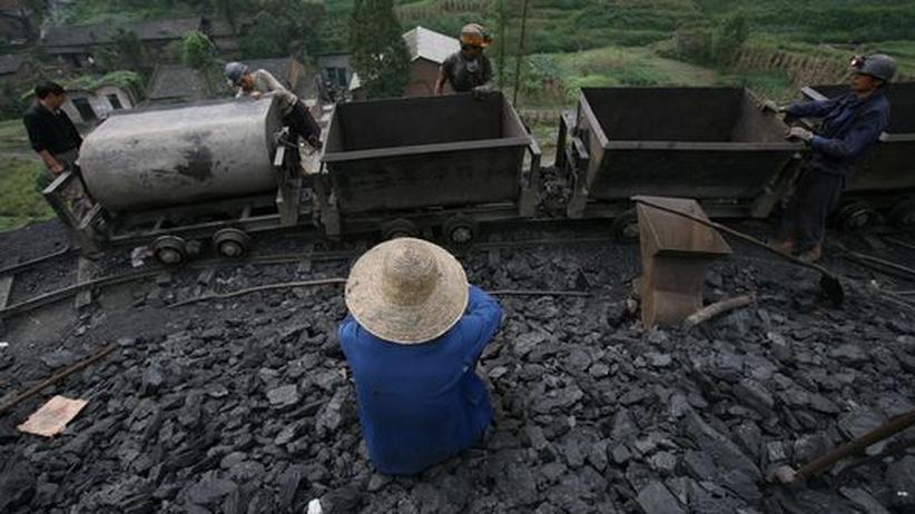 Ökologie und Wirtschaft - geht das?: Arbeiter in einer chinesischen Kohlmine in der Provinz Qianwei. Kohle ist ein wichtiger Treibstoff des chinesischen Wirtschaftsaufschwungs