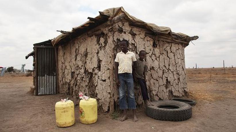 Zwei Massai-Kinder vor ihrer Behausung in Kenia.