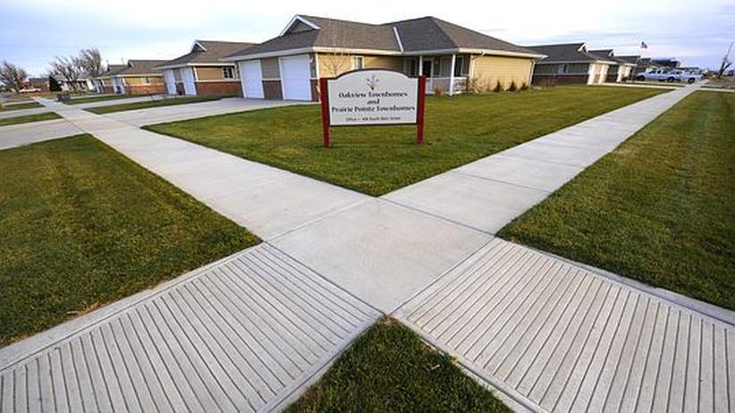 """Energiewende: Nach der Tornado-Katastrophe baute sich Greensburg in Kansas als Öko-Stadt mit hohen Ansprüchen an Energieeffizienz wieder auf. Die """"Prairie Pointe Townhomes"""" im Bild sind neu gebaute Energiesparhäuser, die sich auch Anwohner mit geringem Einkommen leisten können."""