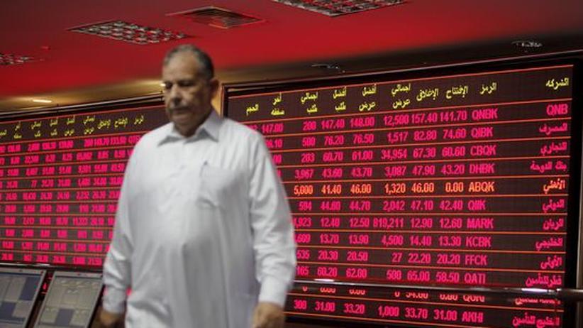 Wirtschaftskrise: Ein Investor verfolgt die Kurse an der Börse in Katar. Die Kurse an dem Handelsplatz brachen am Dienstag um acht Prozent ein