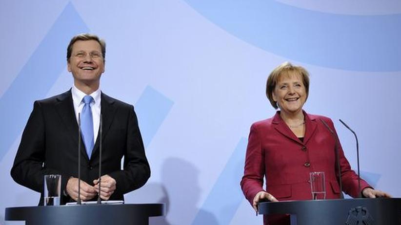 Bericht zur Bundestagswahl: FDP-Chef Guido Westerwelle und Kanzlerin Angela Merkel bei einer Pressekonferenz im November: Die Regierungsparteien von Union und FDP profitierten im Oktober von Großspenden