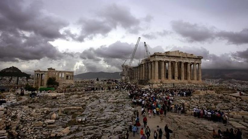 Touristen vor der Akropolis
