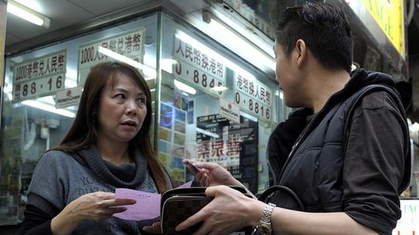 Kunden vor einem Geldwechselschalter in Hongkong