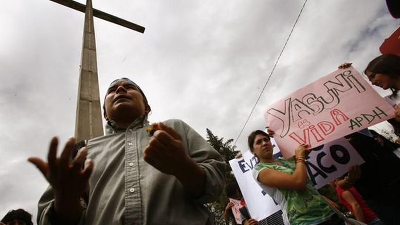 Ecuador: Marlon Santi (links) Präsident der Konföderation der indigenen Völker Ecuadors CONAIE, spricht auf einer Protestveranstaltung gegen die Ölförderung im Yasuní-Nationalpark