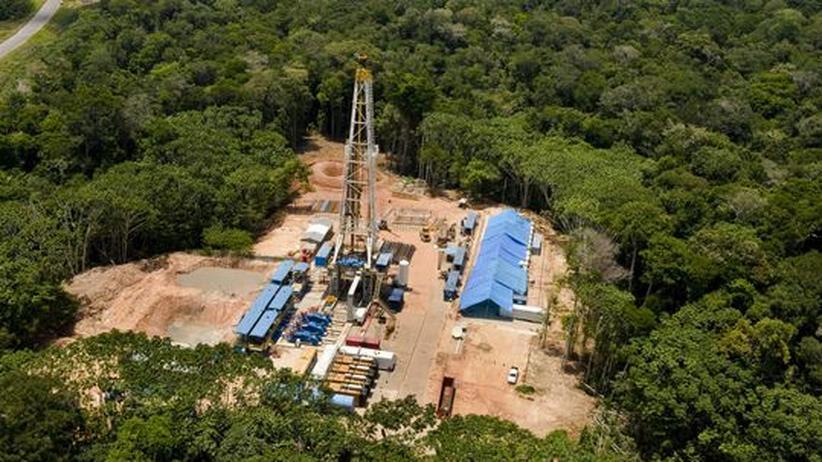 Blick auf einen Förderturm im Urucu-Ölfeld, 650 Kilometer südöstlich der Stadt Manaus im brasilianischen Regenwald gelegen