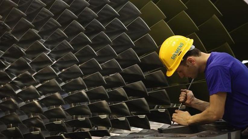 Exportnation Deutschland: Begehrte Exportware: Siemens verkauft die Gasturbinen, die hier von einem Arbeiter montiert werden, vor allem ins Ausland