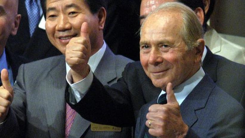 Ein Bild aus besseren Tagen: Hank Greenberg, Chef von AIG, im Jahr 2003 mit dem damaligen Präsidenten Südkoreas, Roh Moo-hyun