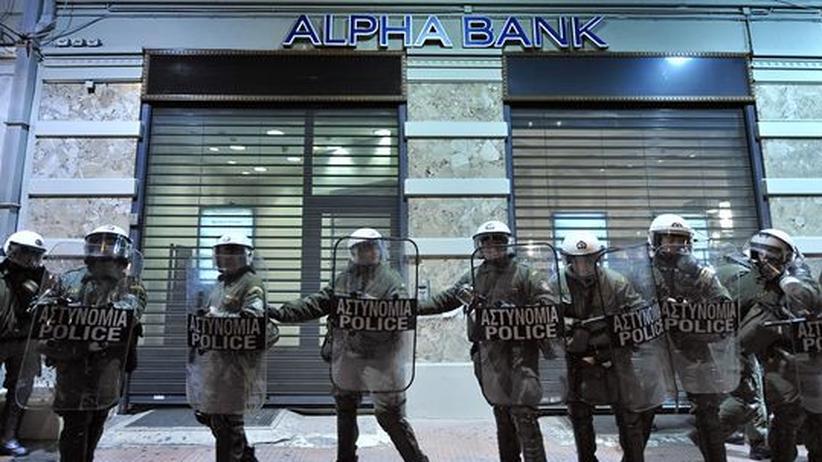 Polizisten vor einer Bank