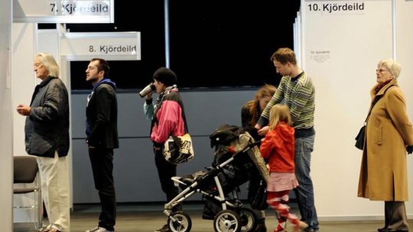 Schlange vor einem Wahllokal in Reykjavik