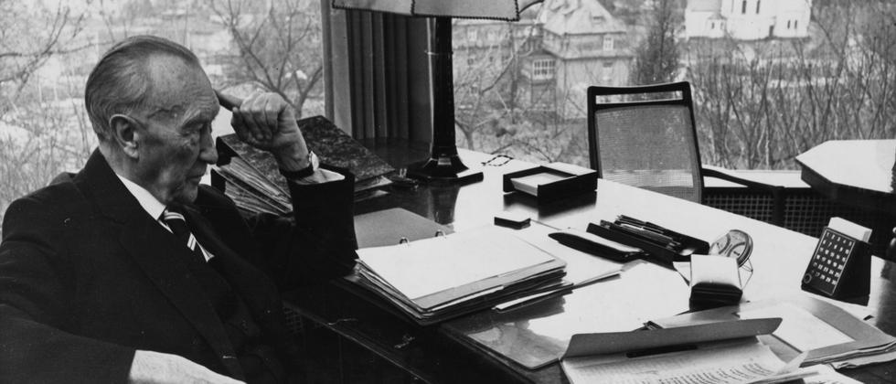 Historisches Bild: Bundeskanzler Konrad Adenauer an seinem Schreibtisch