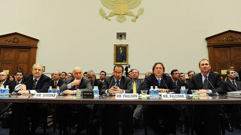 Hedgefonds-Mythen: Ein Bild, das um die Welt ging: FünF Hedgefonds-Manager geben im November 2008 in Washington Auskunft über ihre Rolle in der Finanzkrise. Von links: George Soros, James Simons, John Paulson, Philip Falcone und Kenneth Griffin