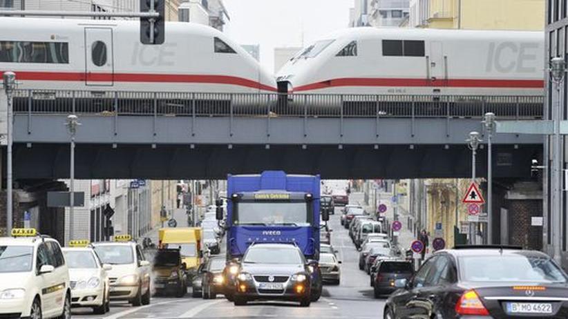 Güterverkehr: Ein ICE überquert eine Brücke in Berlin Mitte. Weil die Deutsche Bahn auf ICE-Strecken und andere Prestigeprojekte setzt, fehlt nötiges Geld für den Ausbau des Gütertransports