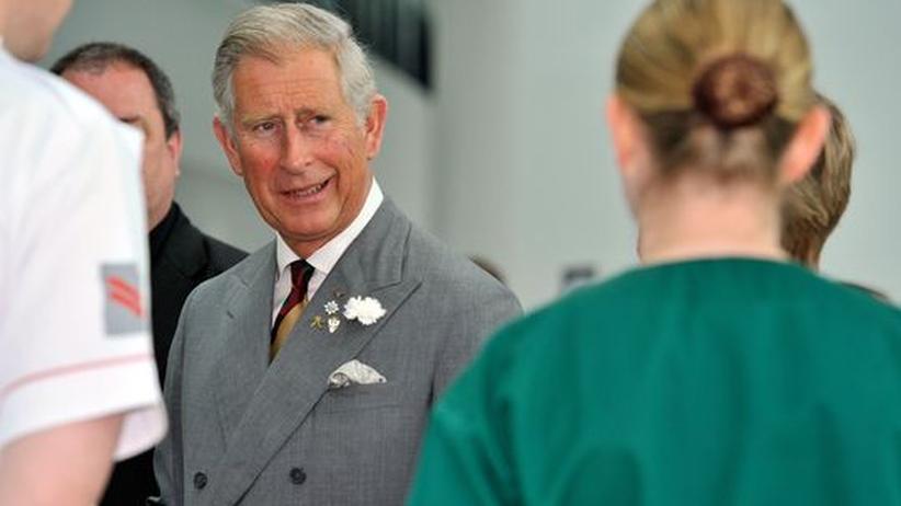 Der britische Thronfolger besucht ein Militärkrankenhaus in Birmingham