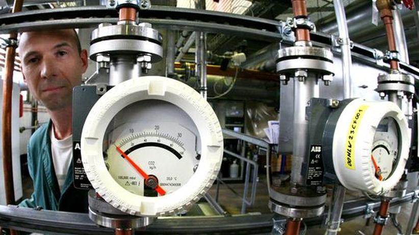 Ingenieur eines Kohlekraftwerks in Jänschwalde hinter einer Apparatur, die den CO2-Ausstoß der Anlage misst (Archivbild)