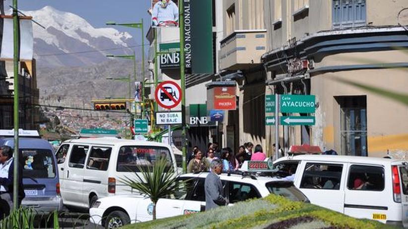 Boliviens Anden: Von Schnee bedeckt: der Illimani, Hausberg der Stadt, über dem Verkehrsgetümmel von La Paz