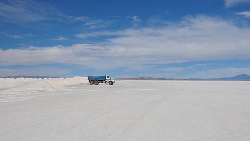 Ein Lkw auf dem Salzsee von Uyuni